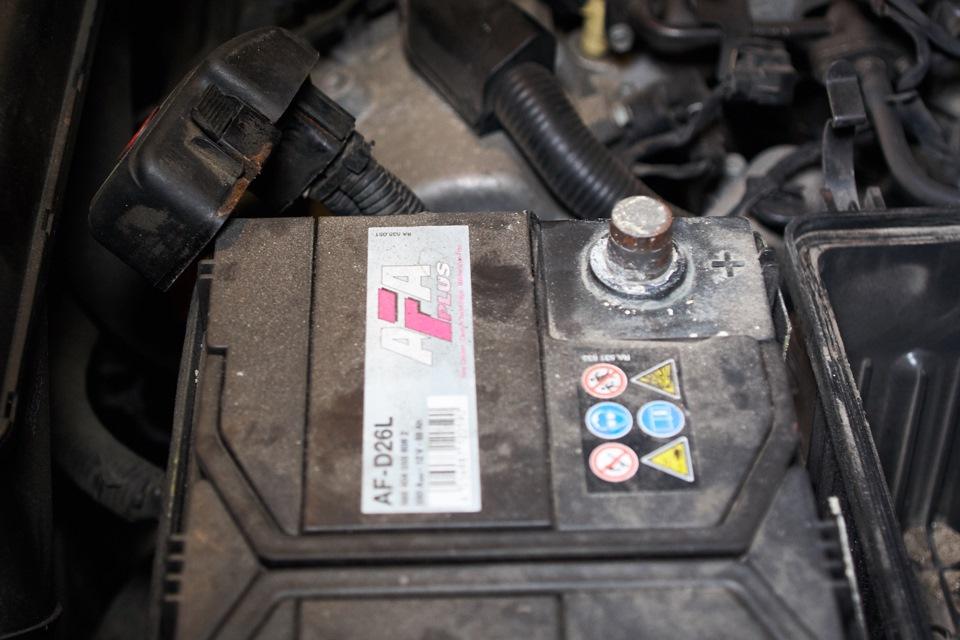 Чистка дроссельной заслонки Hyundai Santa Fe. Отсоединение плюсовой клемы аккумуляторной батареи
