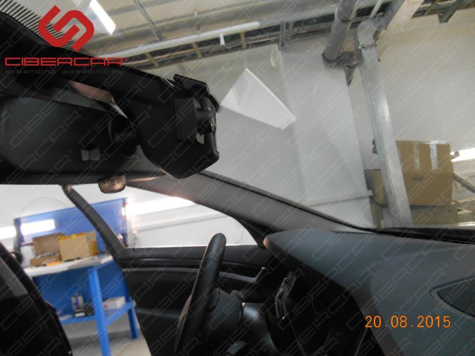 Передняя видеокамера видеорегистратора в BMW F10 528i xDrive.
