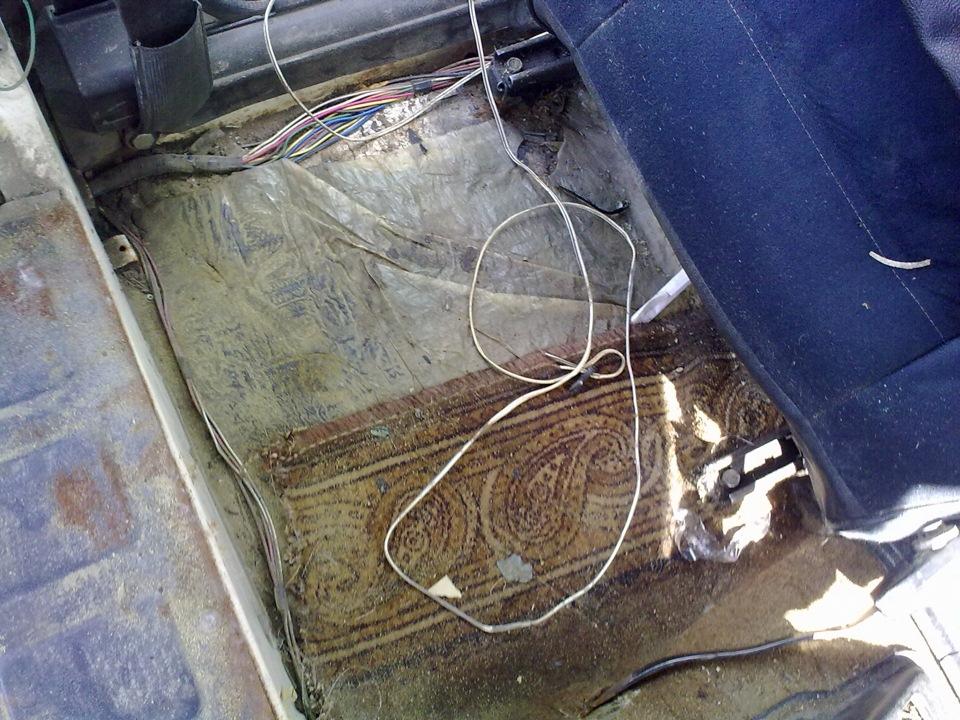 Разобрал частично салон. снял задние сидения- они отправлены на перетяжку. так же демонтировал пластиковые боковины.