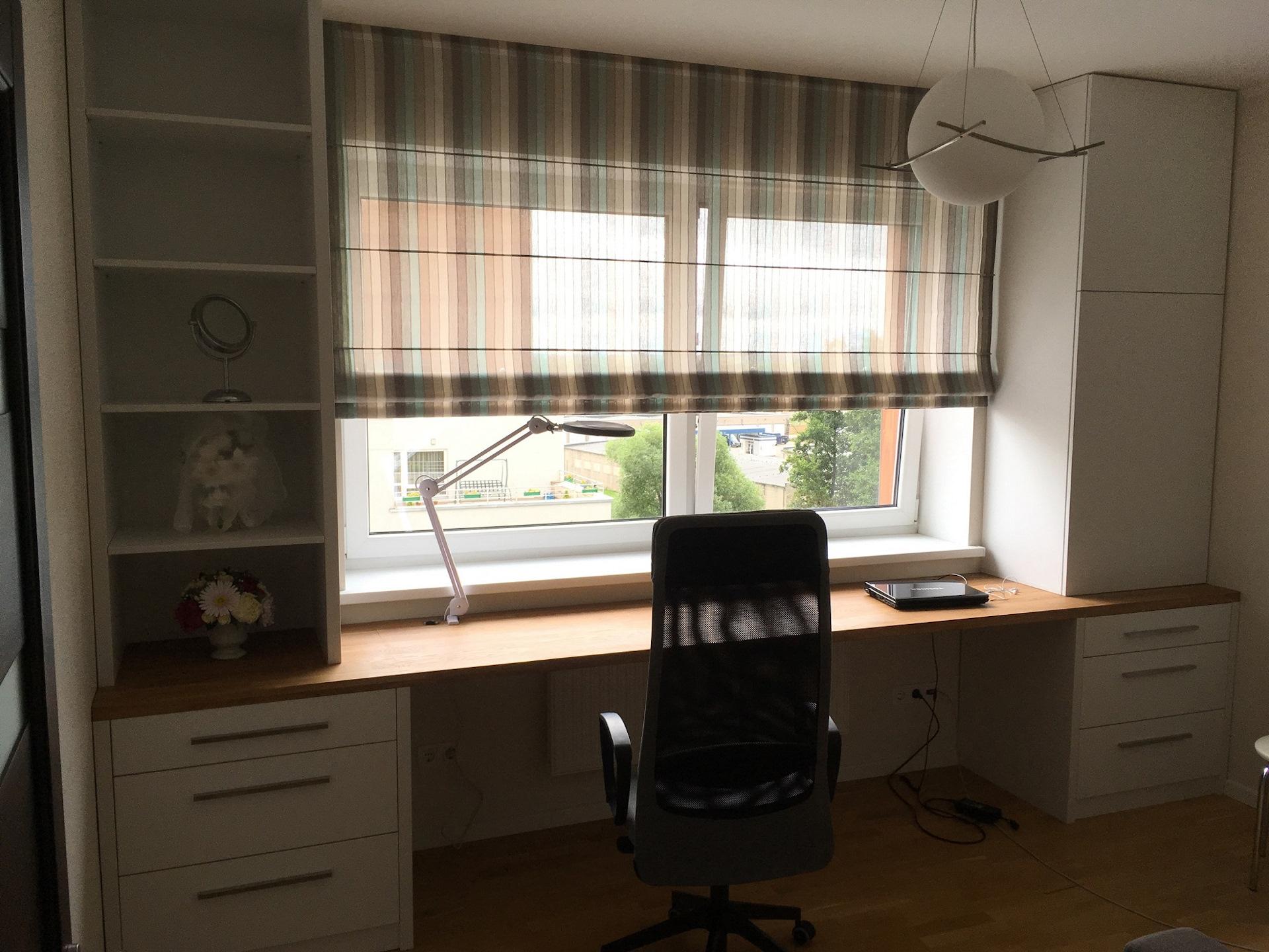 Письменный стол возле окна своими руками 66