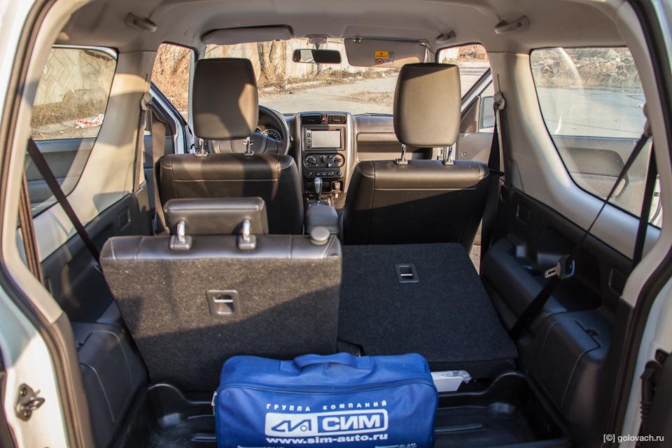 Спинки сидений для задних пассажиров регулируются по углу наклона, мелочь а приятно