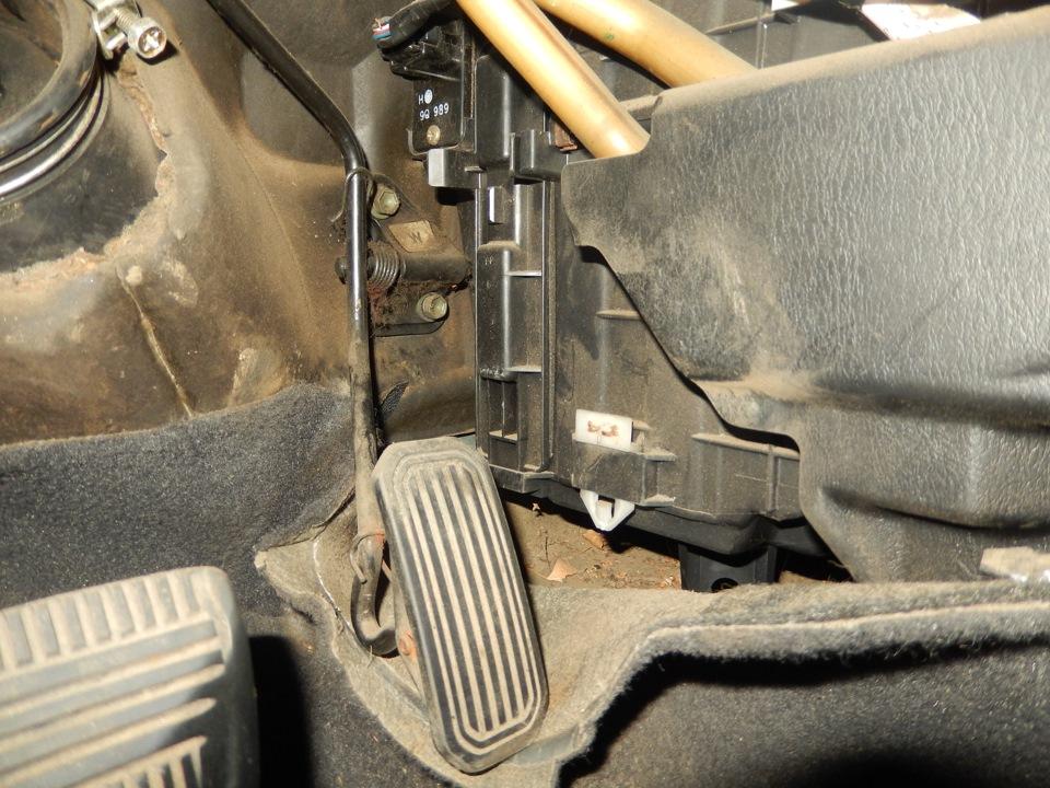 Тойота карина салонный фильтр где находится