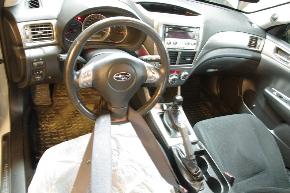 Всегда фиксируйте руль в положении прямолинейного движения при отсоединении рулевого карданчика!