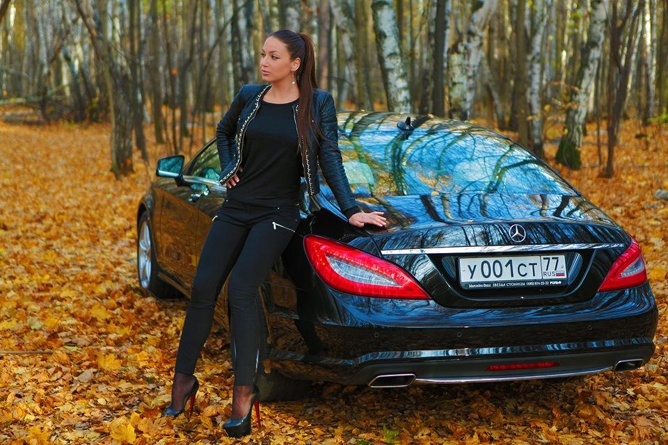 Фотографирую жену у машины в лесу — 8