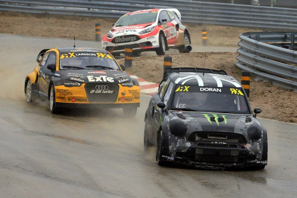 Британец Лайам Доран известен тем — что может отлично выстрелить в отдельных гонках. Хотя ему сильно не хватает стабильности. Примерно тоже самое происходило в Португалии, когда он то с блеском побеждал в заезде, то приезжал в самом хвосте следующего. Кстати, на Mini Countryman RX он как-то выиграл немецкий этап Global RallyCross Championship, и как раз ближайший этап чемпионата мира пройдёт в Германии