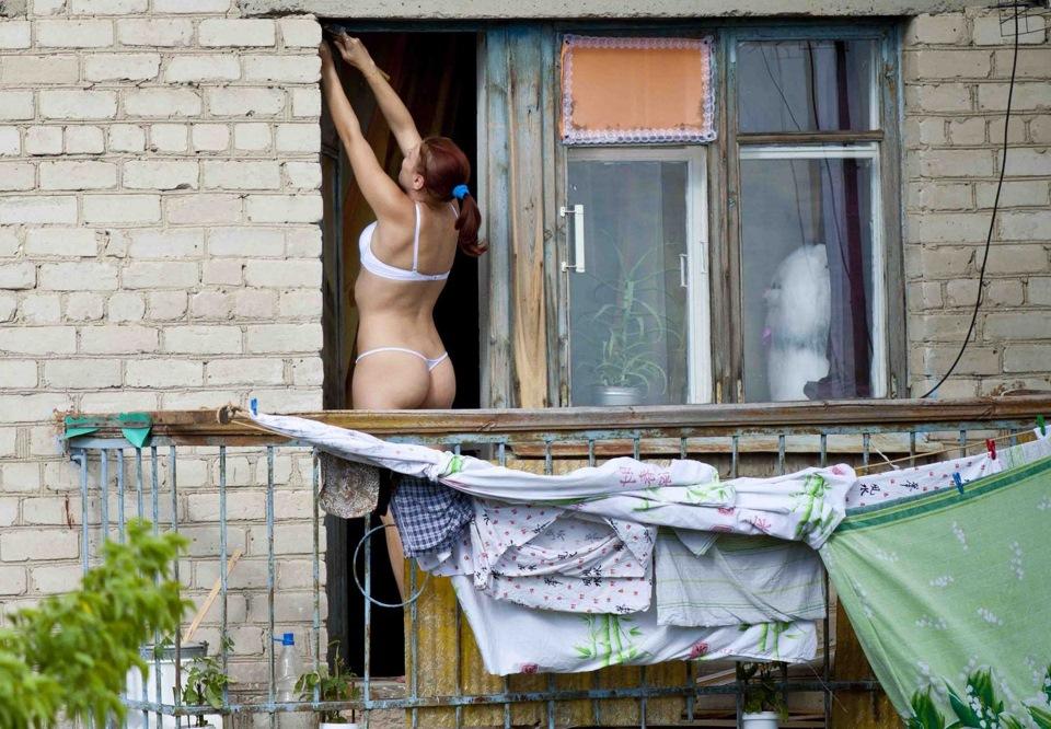 подсмотрел в окнах за девушкой