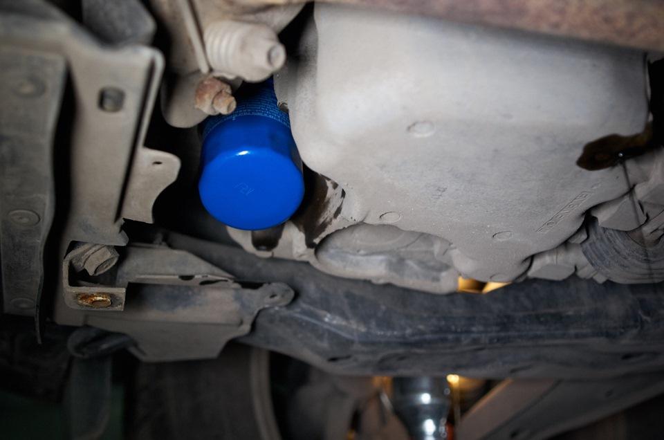 Новый масляный фильтр Honda CR-V установлен и закреплён