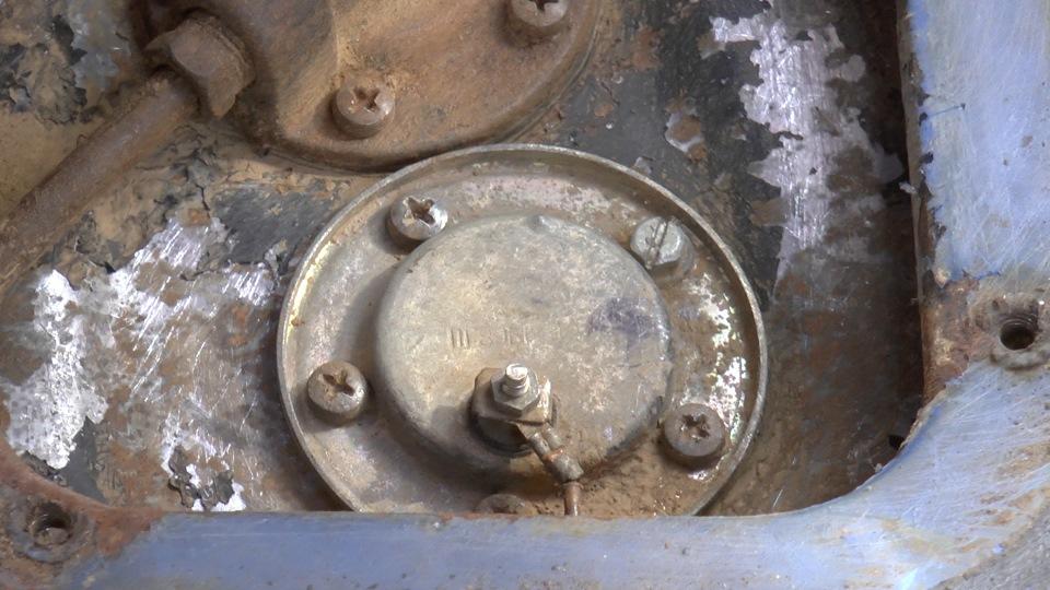 Штатный датчик имеет лишь один контакт, который отвечает за показание стрелки уровня топлива на приборе.