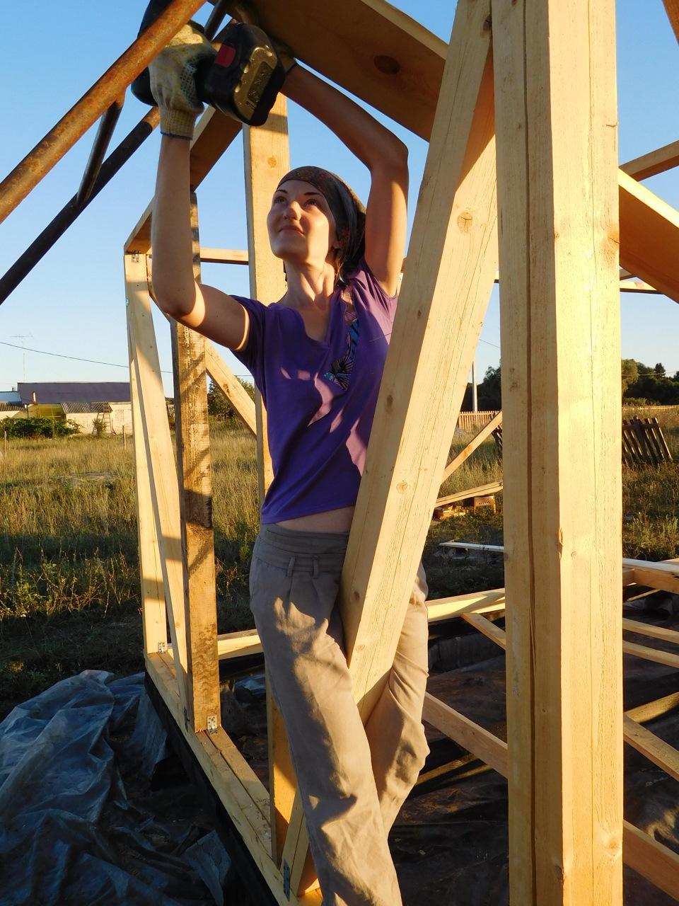 Картинки по запросу Женщина кроет крышу профнастилом