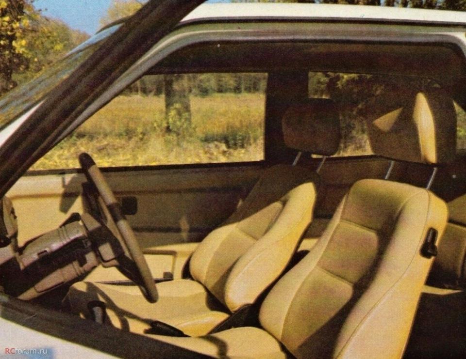 Желтый, также все желтое (кресла, ковры, обшивки) панель коричневая, видно на фото. накладки стоек либо коричневые, либо черные.
