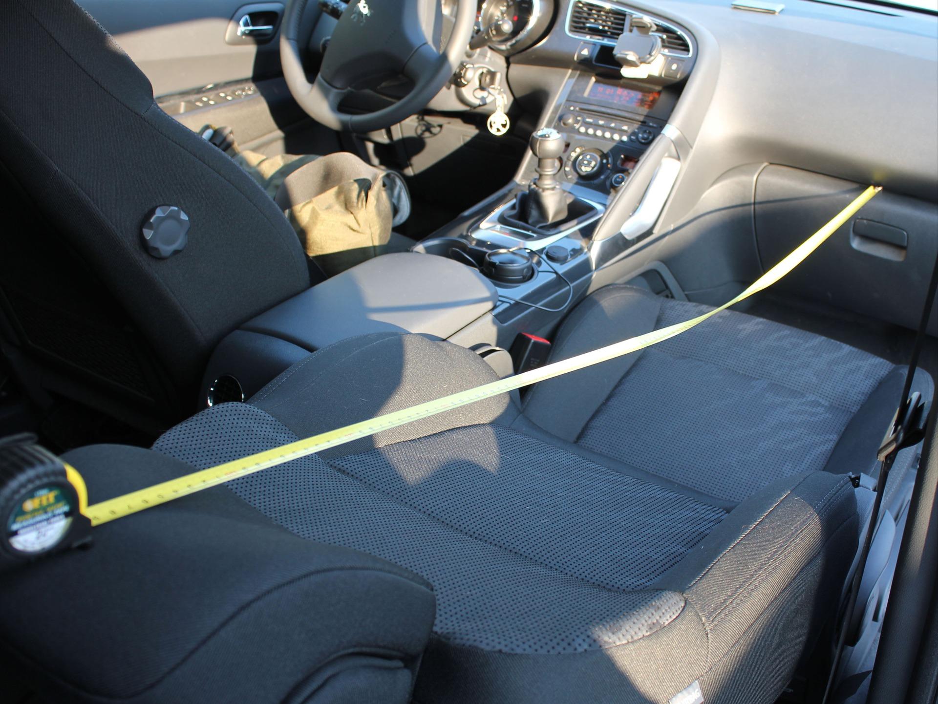 секс фото в машине на переднем сидении в троем