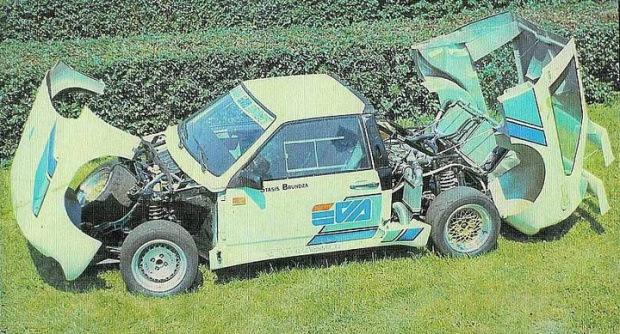 LADA EVA имела пространственный каркас, к которому крепились стеклопластиковые откидные капот и багажник.