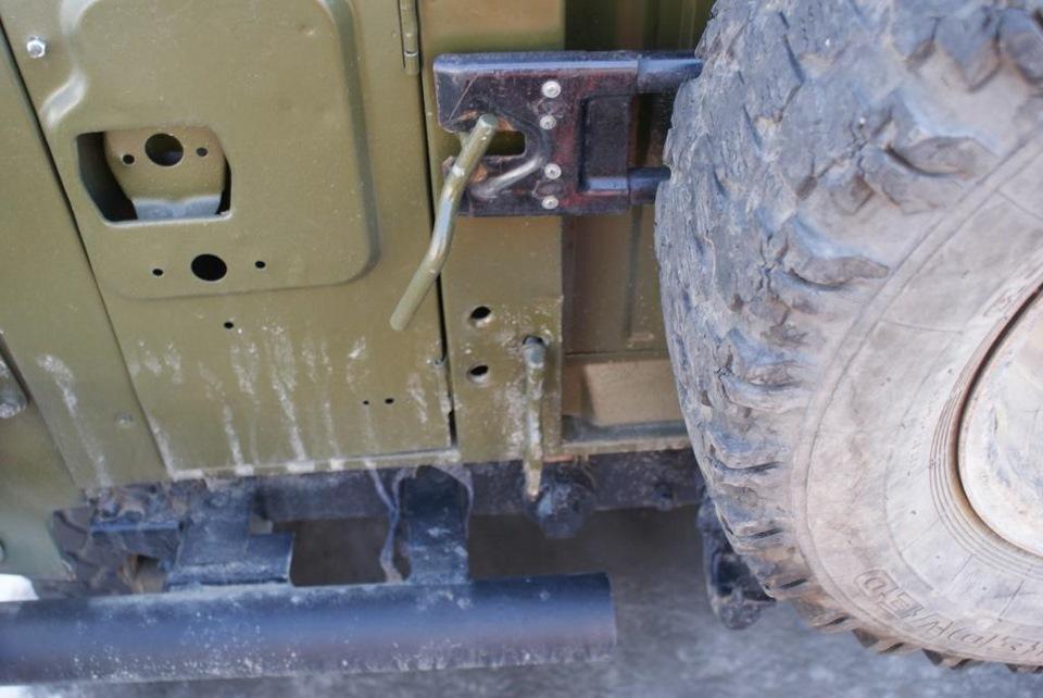Крепление для канистр на калитку запасного колеса