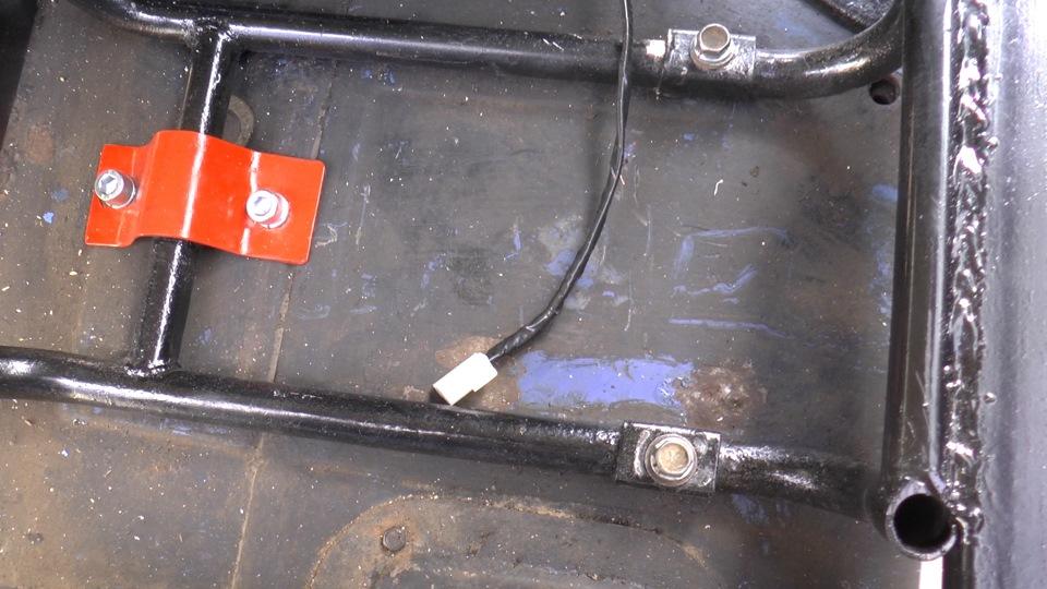 Фишки подогрева сидений аккуратно выведены из под подлокотника под сидения.