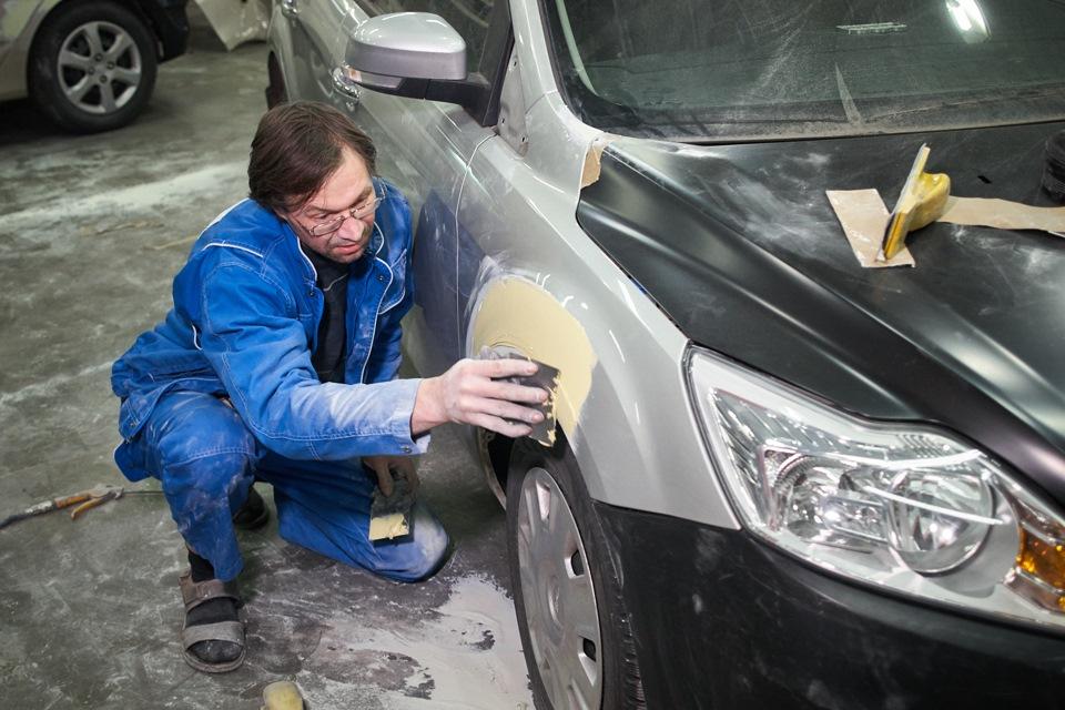 Нанесение финишной шпаклёвки на поверхность деталей при кузовном ремонте Ford Focus