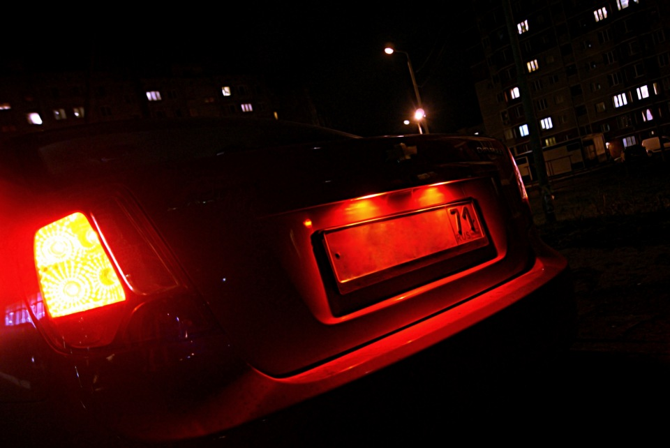 Номера красного цвета на машинах