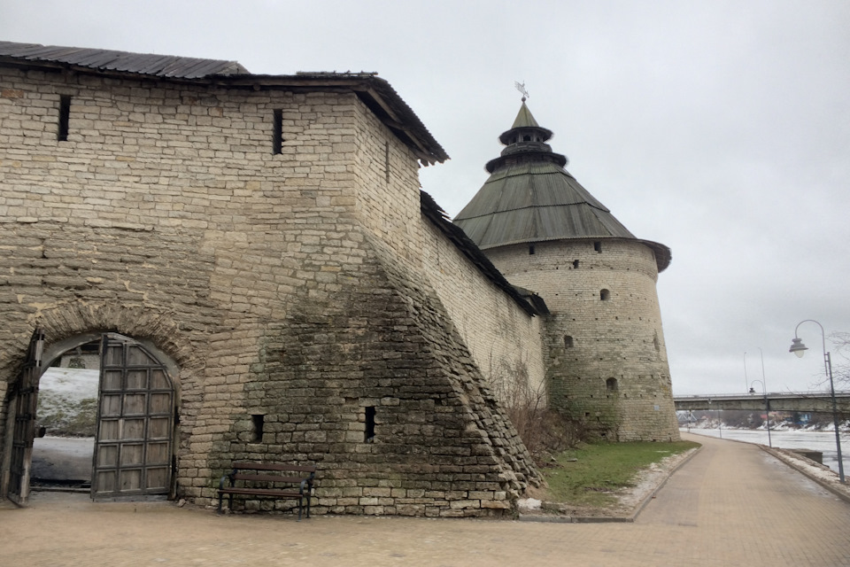 Остатки стены и самая большая башня