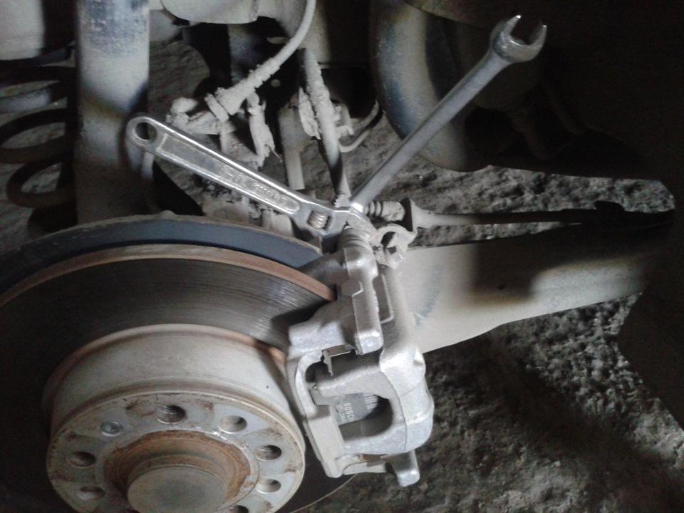 Замена задних тормозных колодок. - бортжурнал Skoda Octavia Серебряная молния Reeeva 2010 года на DRIVE2