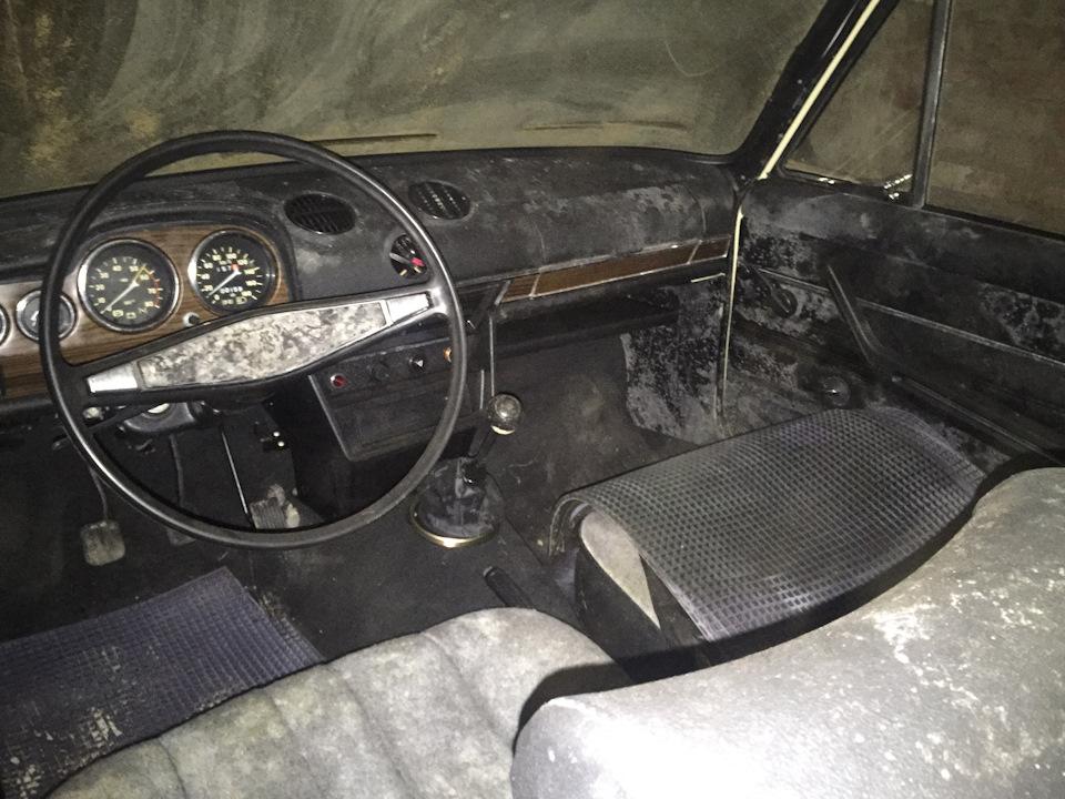 На пассажирском сиденье лежат оригинальные резиновые коврики