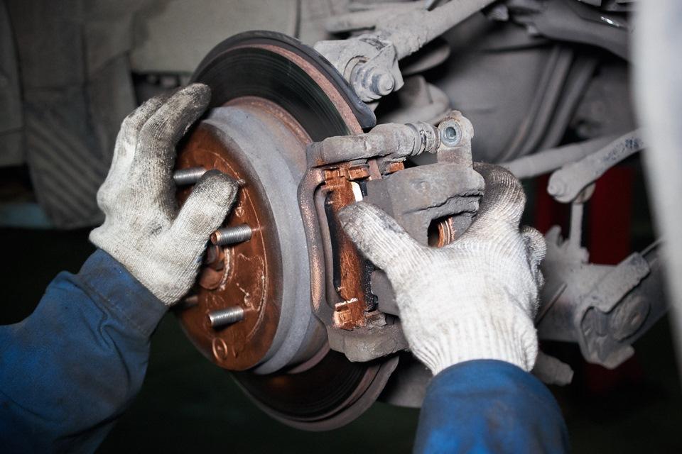 Установка (закрепление) правого тормозного суппорта Honda CR-V