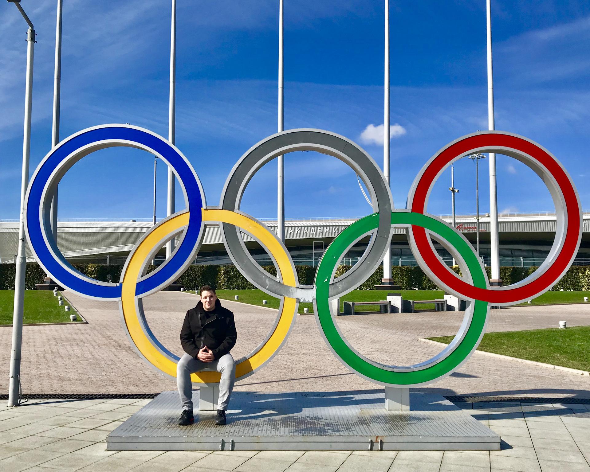 Памятник олимпийских колец фото
