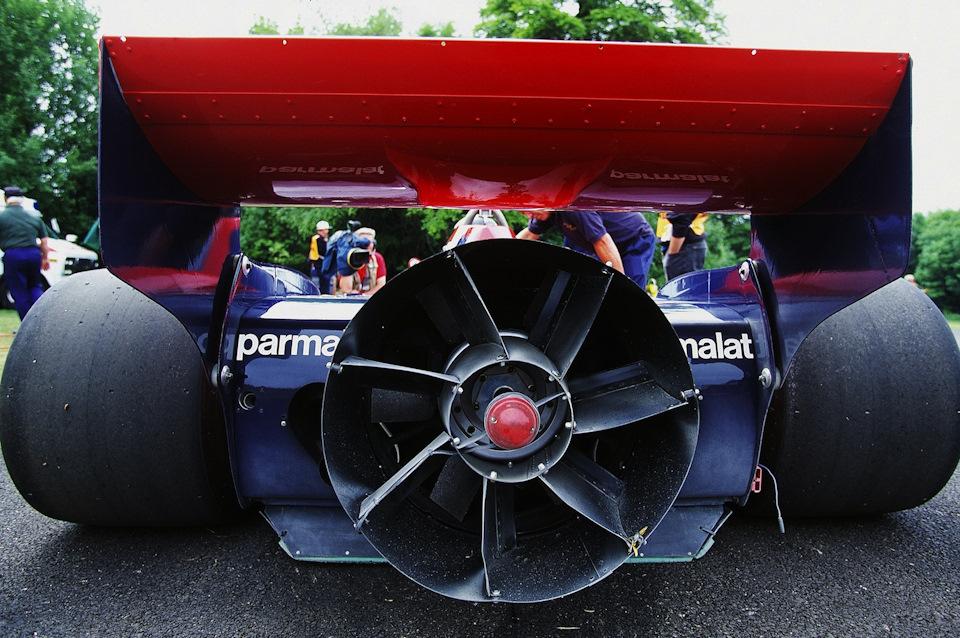 Соперники жаловались, что пылесос поливает трассу мелкими камушками, хотя при скорости вращения крыльчатки ниже 100 км/ч это было бы невозможно. Так, по-крайней мере, утверждал сам создатель машины Гордон Марри