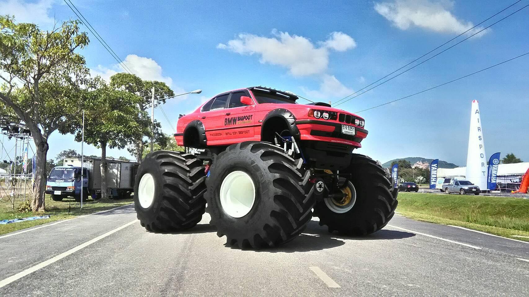 угловой машины на огромных колесах сообщают