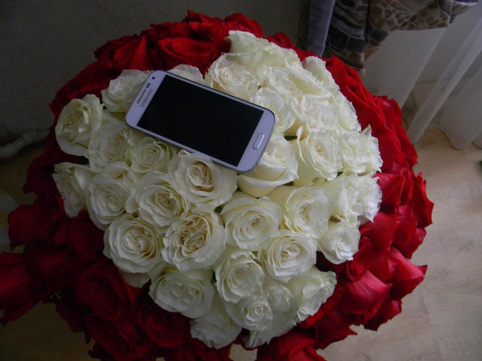 Фото рук девушки с цветами