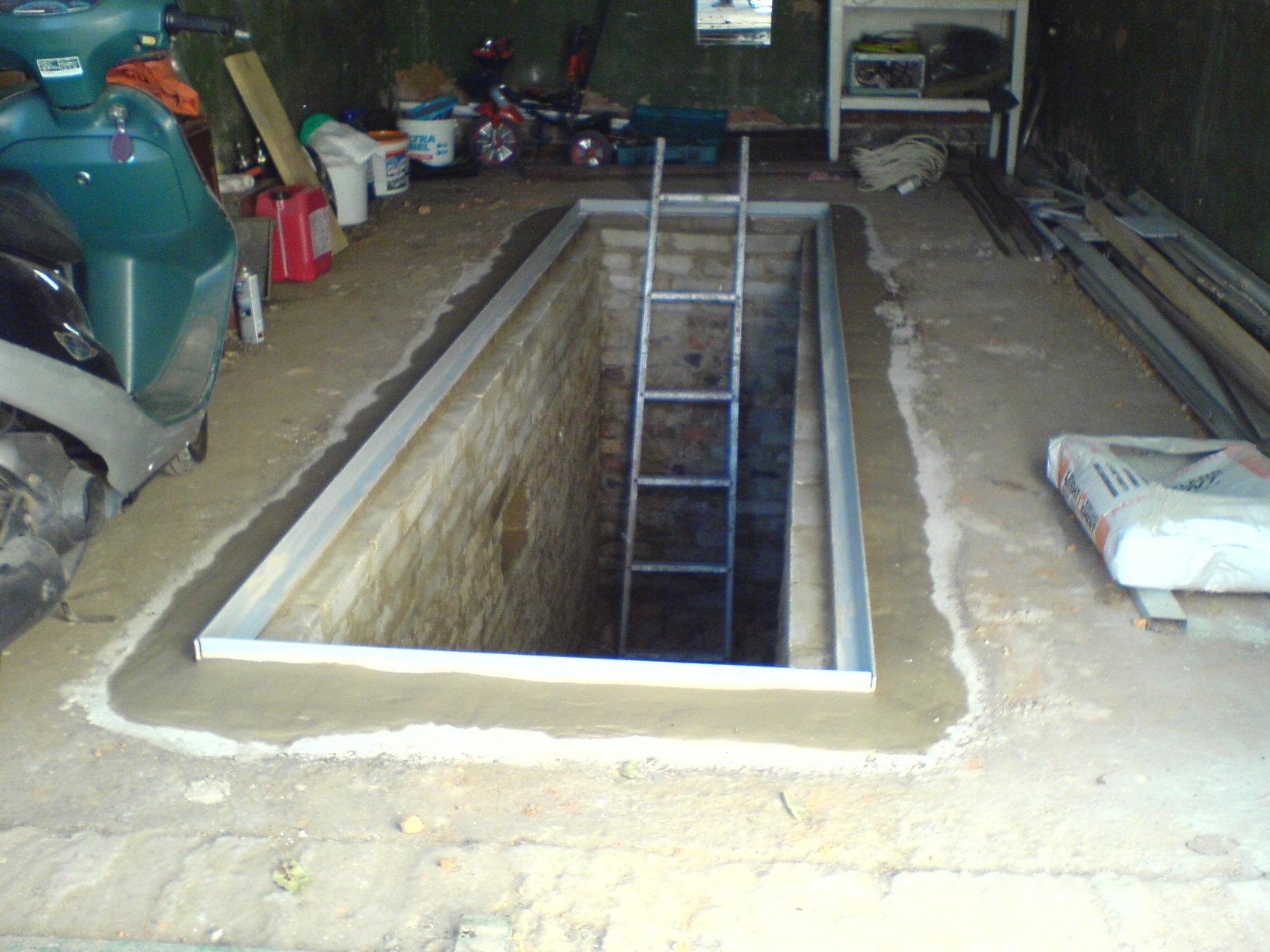 простоял в бетонном гараже