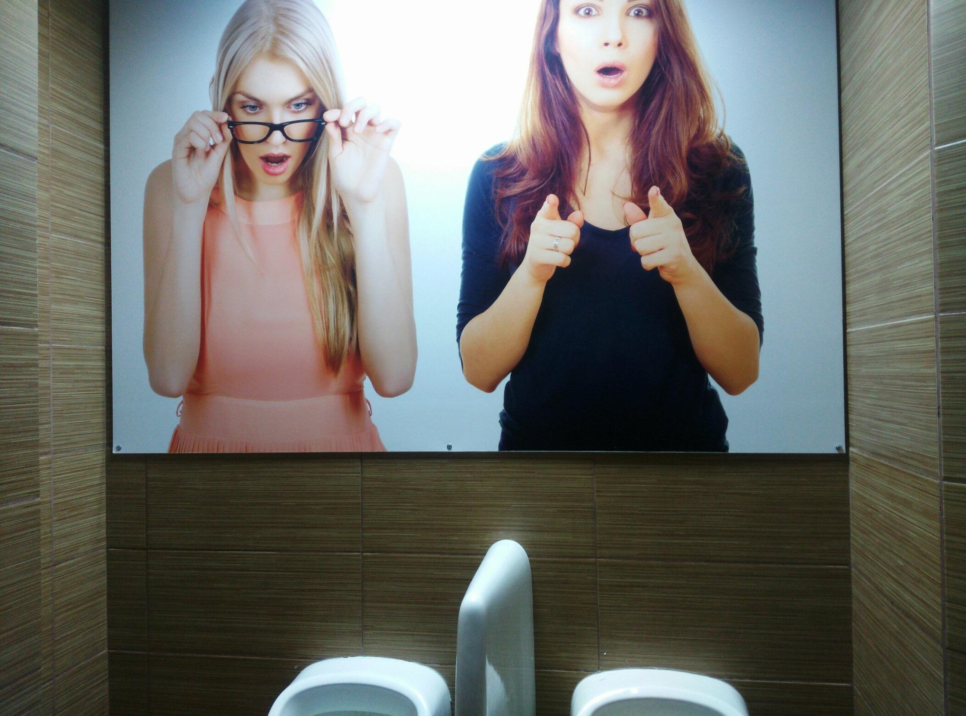 Зашел в туалет а там девушка