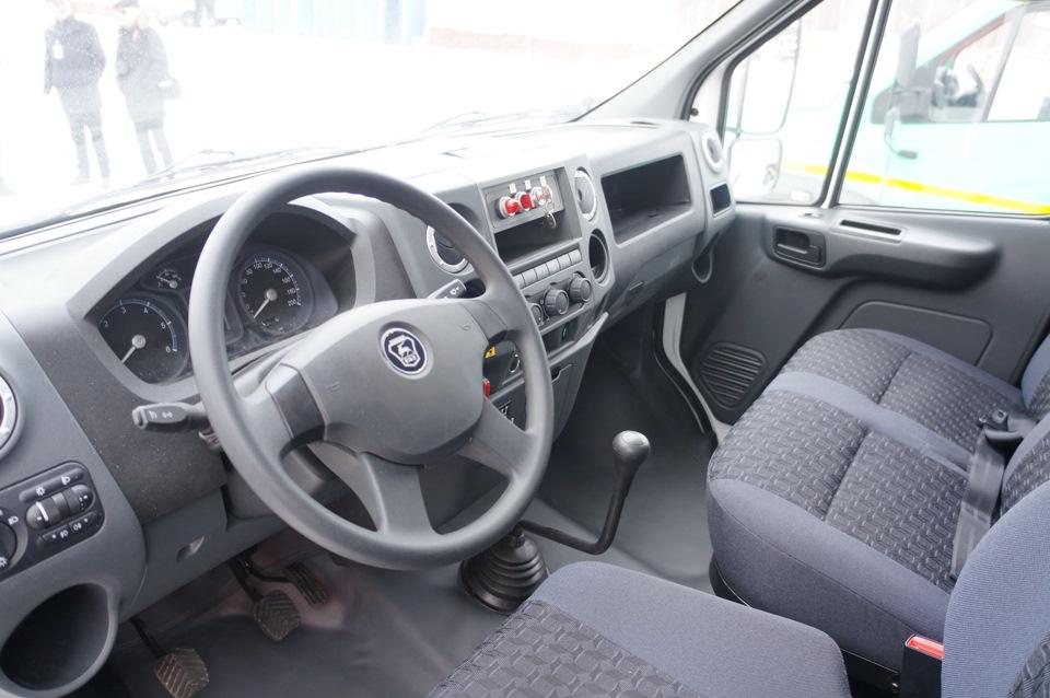 В интерьере – практически та же ГАЗель Next, но с дополнительными указателями давления в пневмосистеме и хитро загнутой «кочергой» коробки передач