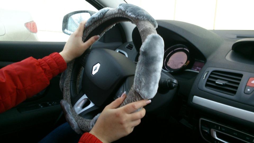 Женские руки на руле
