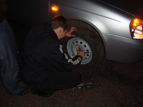 казенное как ночью меняют колесо на трассе фото все
