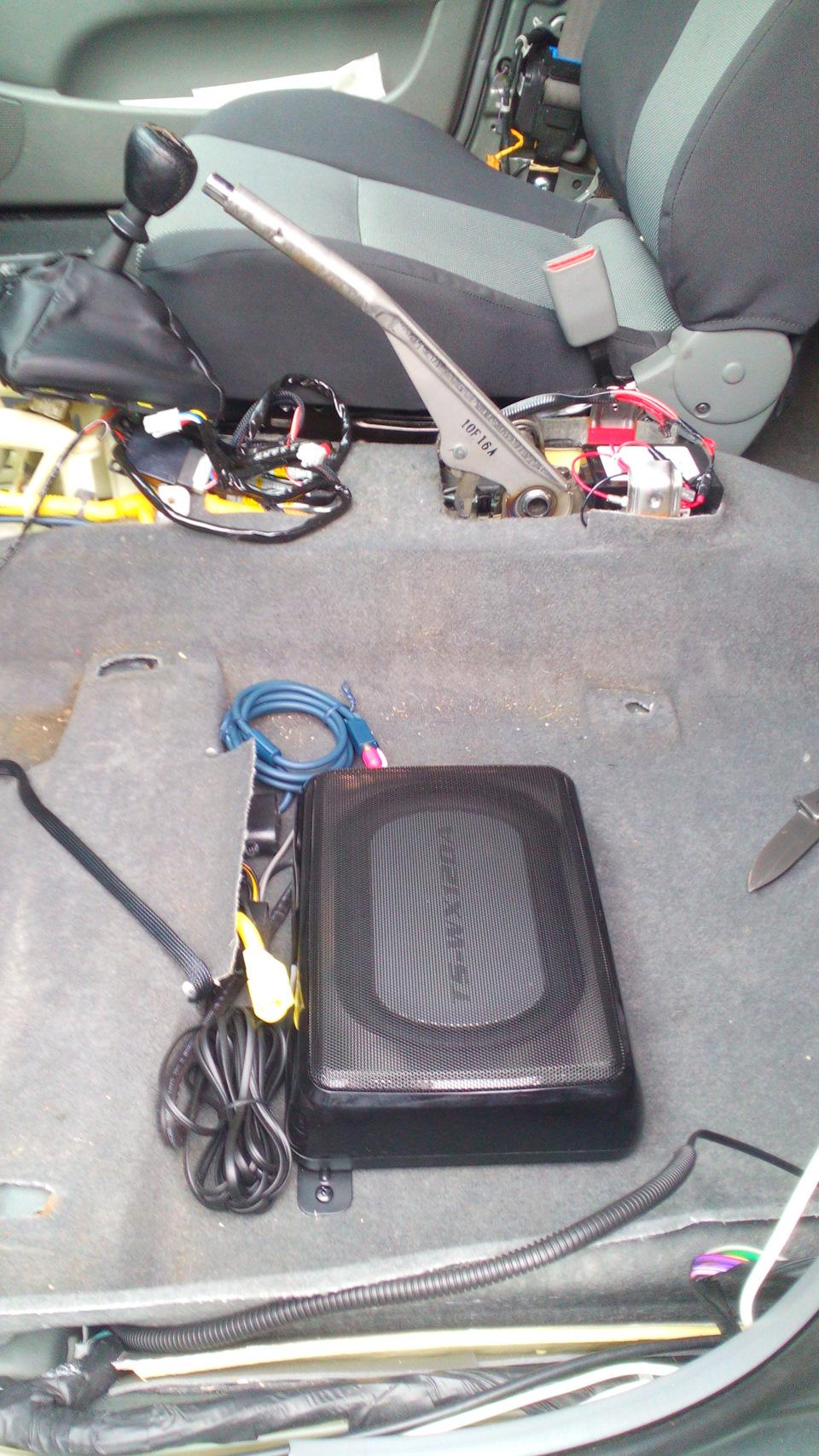 Сабвуфер под сиденье в машину