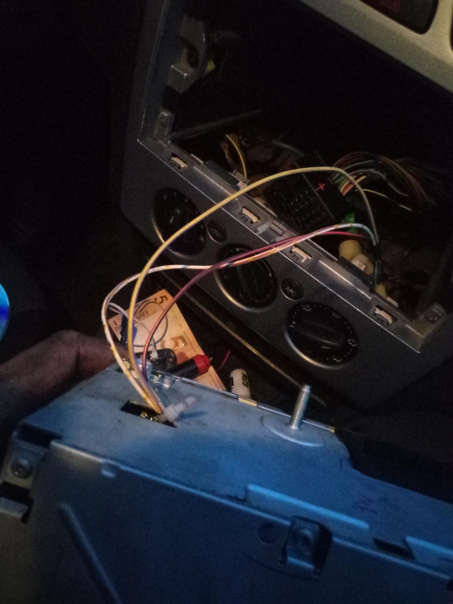 Где находится AUX выход и как подключить разъём в Форд Фокус 2 23