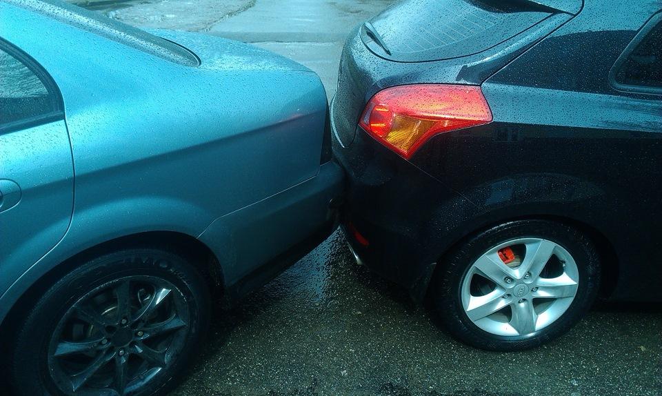 Повреждение автомобиля на парковке