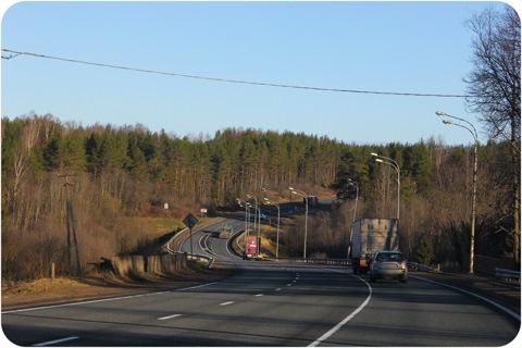 Трех полосная трасса до объездной дороги Великого Новгорода, где появляется отбойник и по две полосы в каждую сторону...