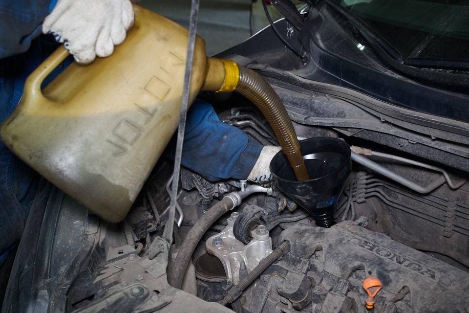 Заливка моторного масла в двигатель Honda CR-V