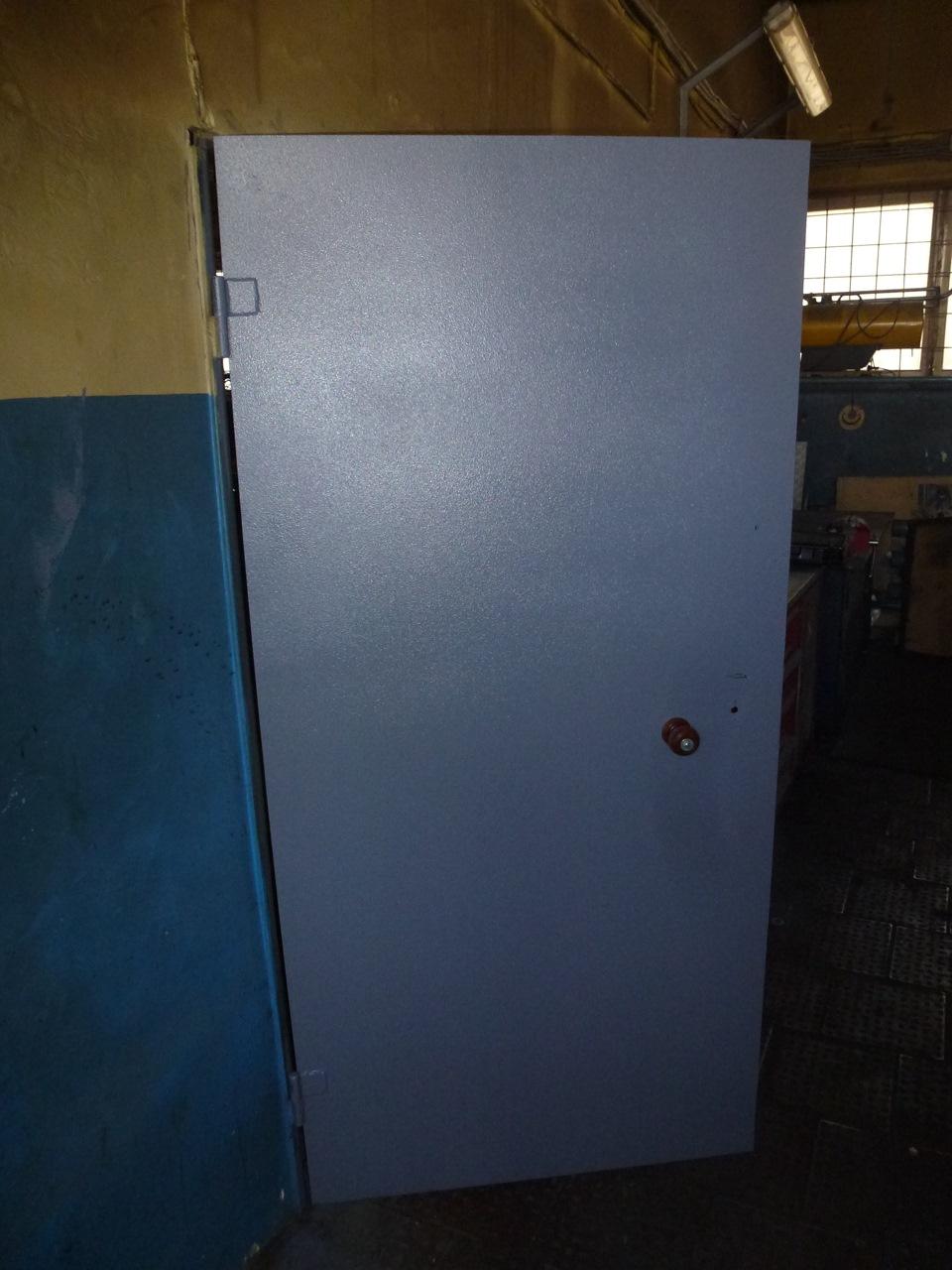 железные двери в подсобное помещение