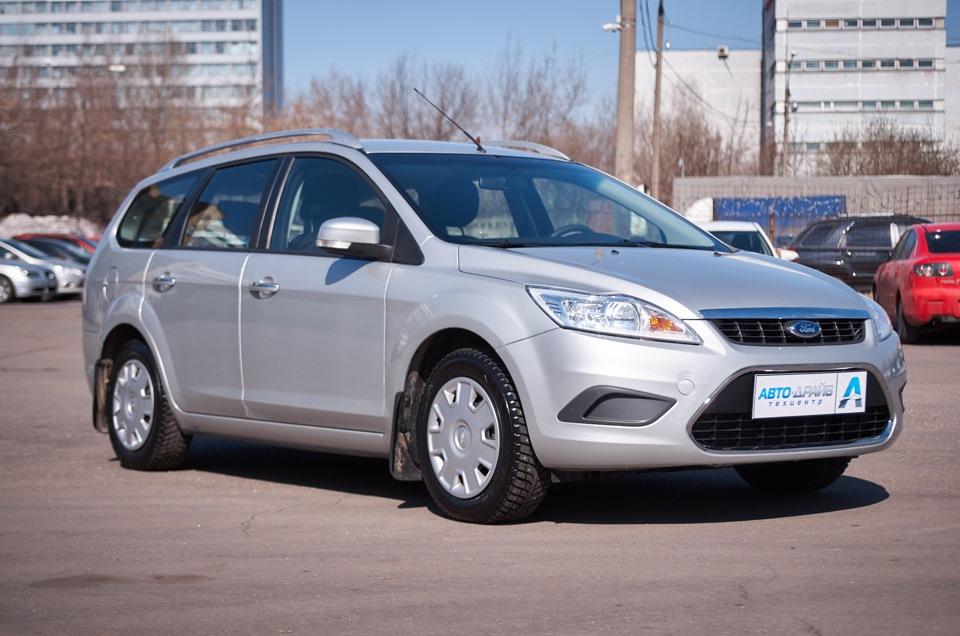 Ford Focus после проведённого кузовного ремонта. Вид справа в 3/4.