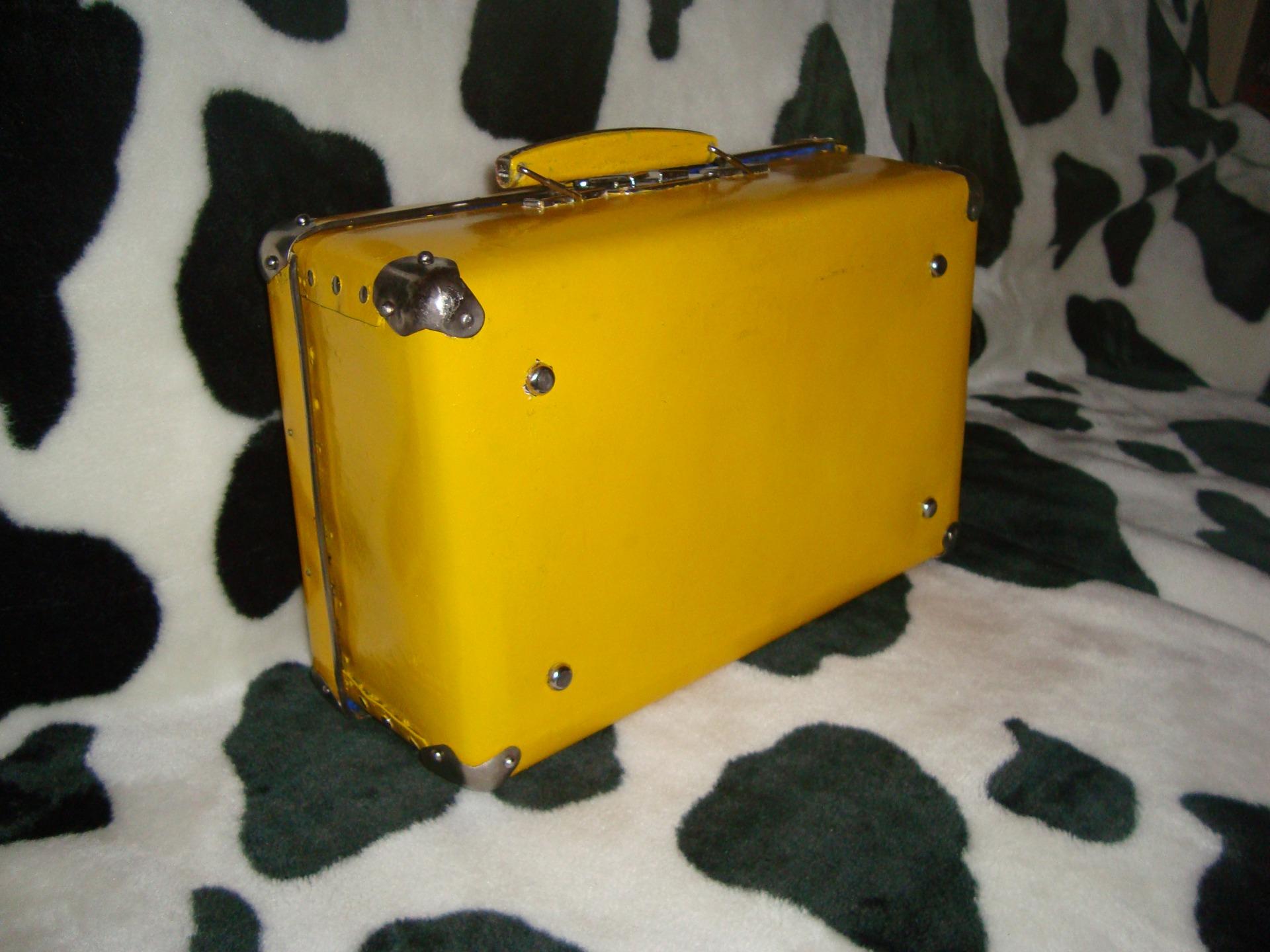 Чемоданы на колесах желтые купить в интернет-магазине Пан