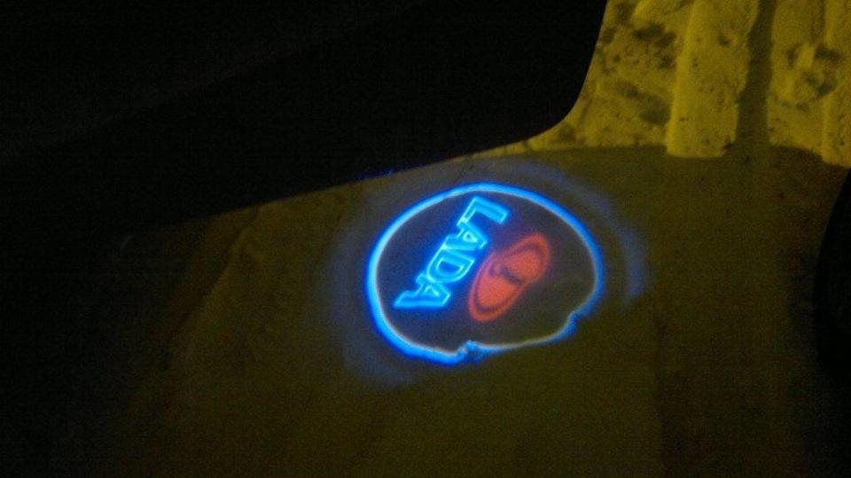 подсветка дверей с логотипом:
