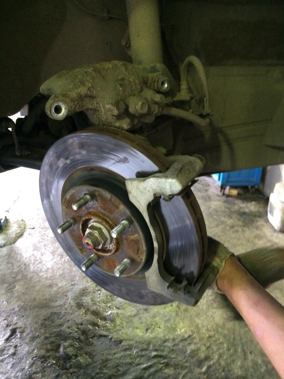 Замена тормозных колодок мицубиси аутлендер 3 своими руками 28