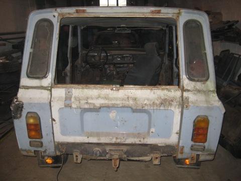 В целом машина нечто среднее между НИВОЙ и УАЗом.  Передняя подвеска независимая, подключаемый полный привод...