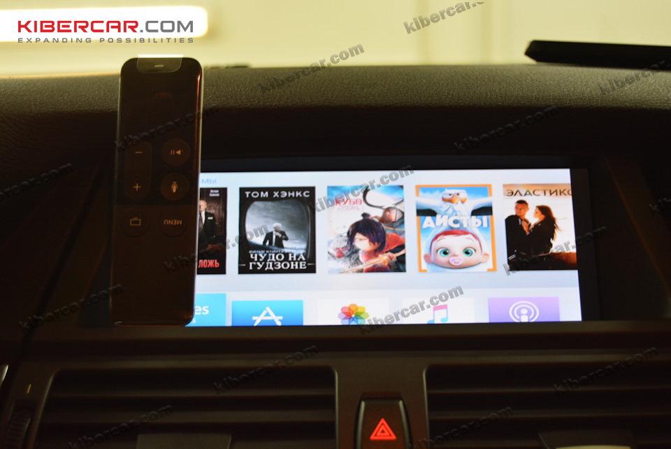 В четвертом поколении Apple TV очень стильный и функциональный пульт д/у с сенсорной панелью и работой по радиоканалу.