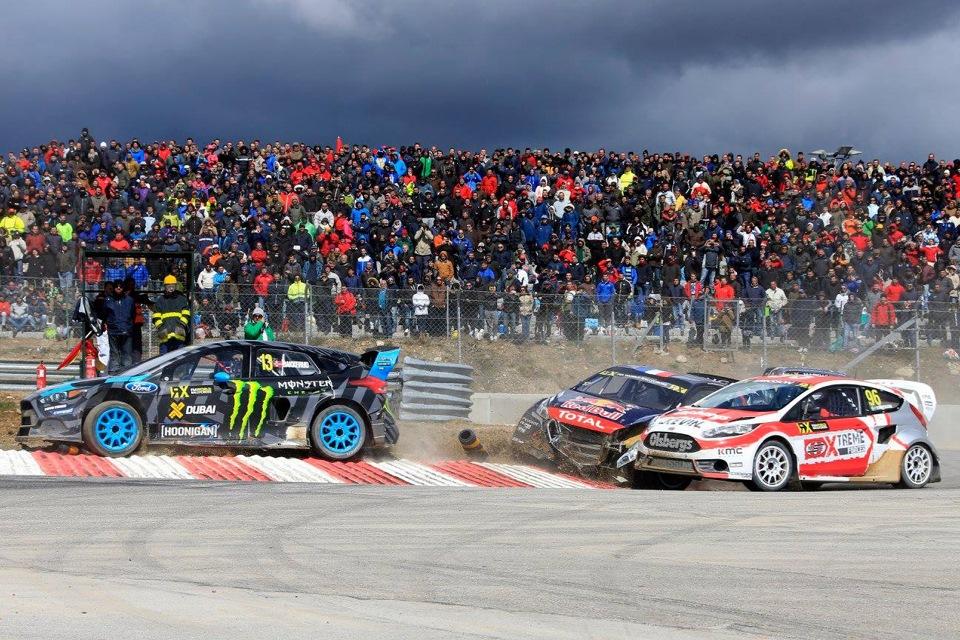 Одна из самых жёстких схваток с участием Баккеруда произошла в полуфинале, когда он особенно жёстко бился с быстрым дебютантом — Кевином Эрикссоном (красно-белая OMSE Ford Fiesta)
