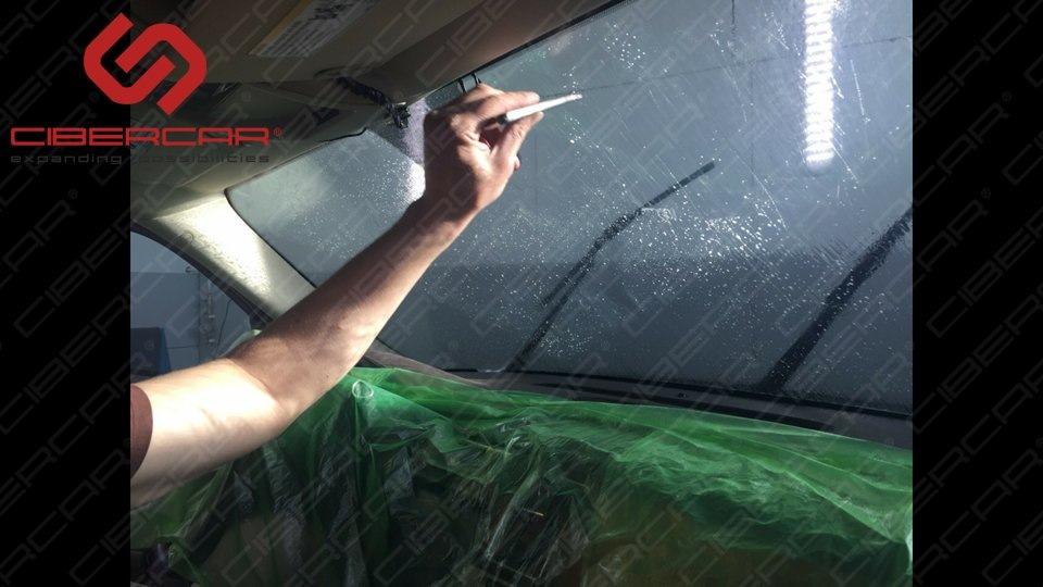 Подготовка лобового стекла, мойка и удаление всякого рода загрязнений, которые не смываются жидкостью. Жидкость которая моет стекло — специального состава.