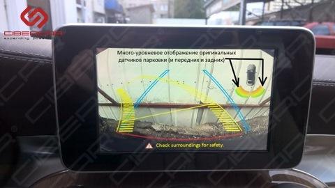 Изображение с камеры заднего вида на экране совместно с оригинальными датчиками парковки.