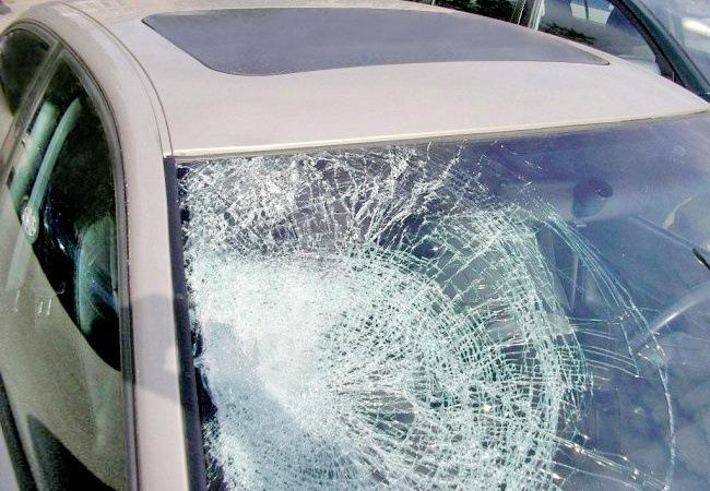 Камень из под колес вылетел попал в дверь