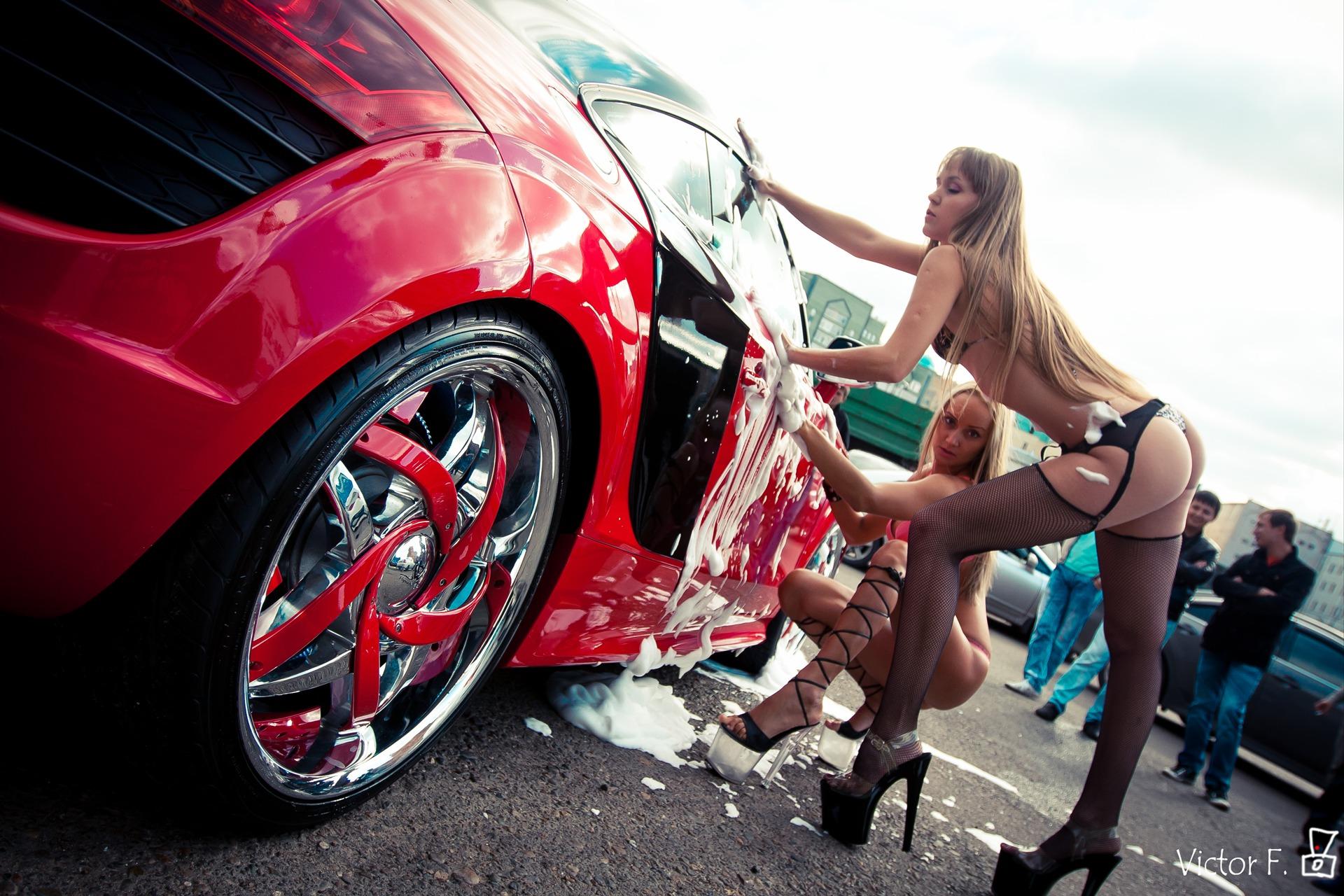 Смотреть видео девушки моют авто